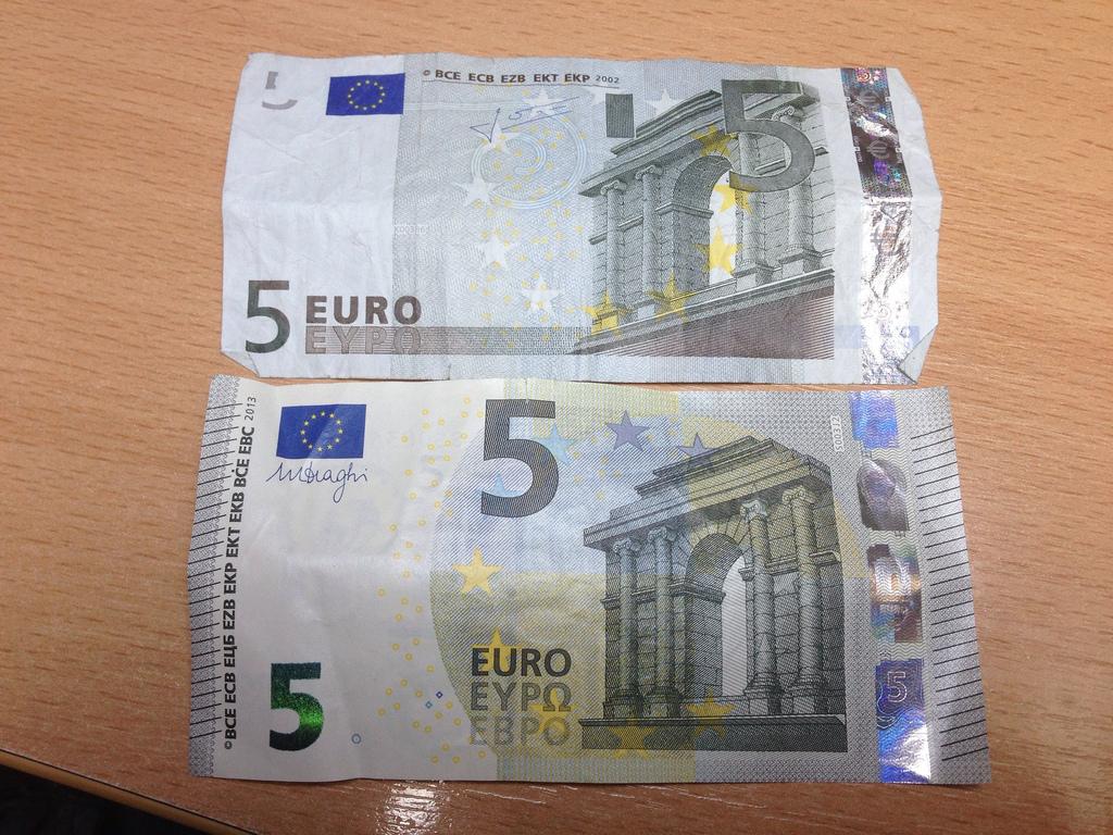 5 eiro banknotes